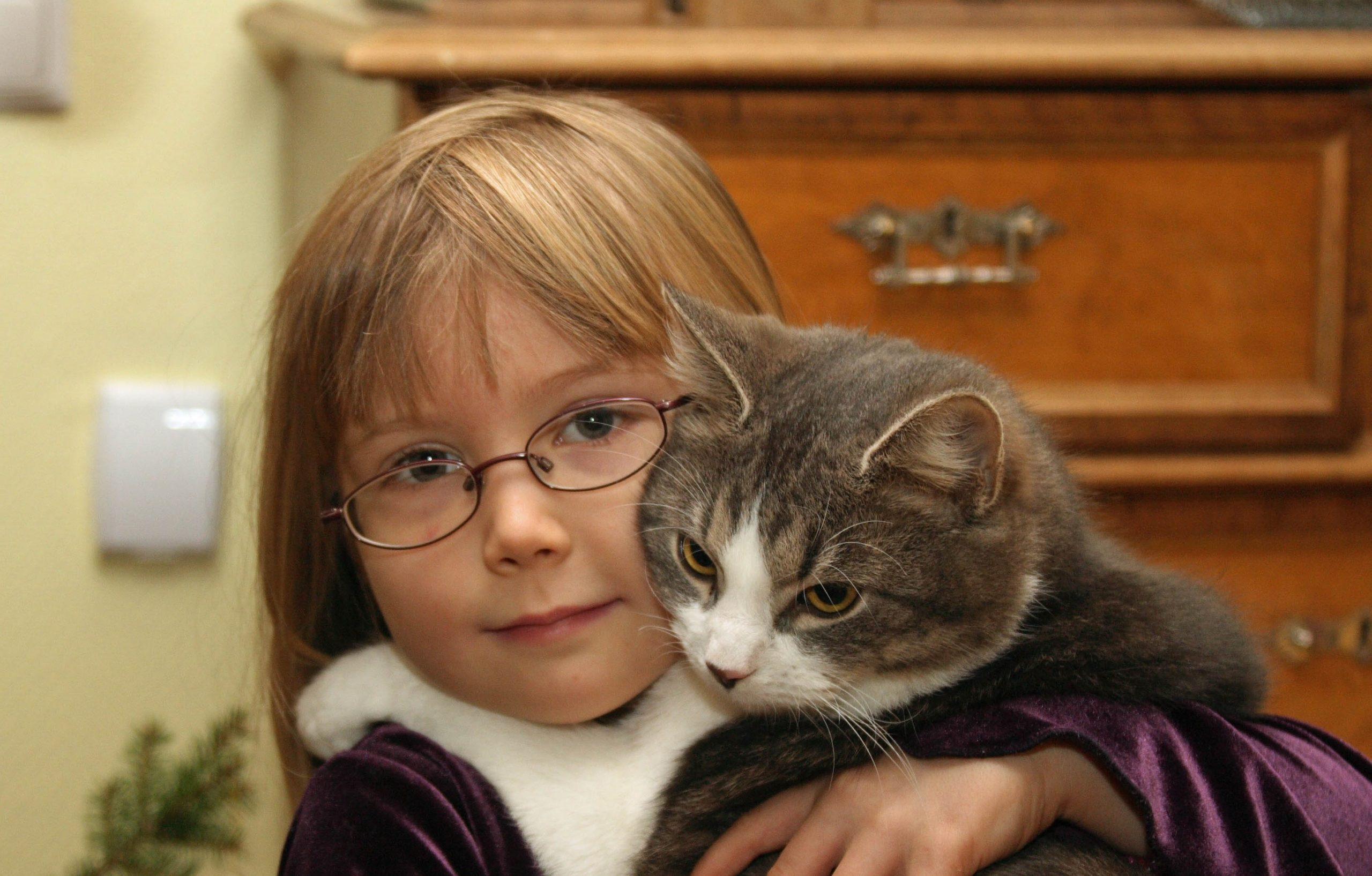 Tyttö-ja-kissa1-Päivi-Arvonen-scaled.jpg